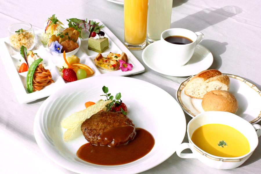 ホテルクラウンパレス小倉のランチ お子様メイン料理「ハンバーグ」の写真