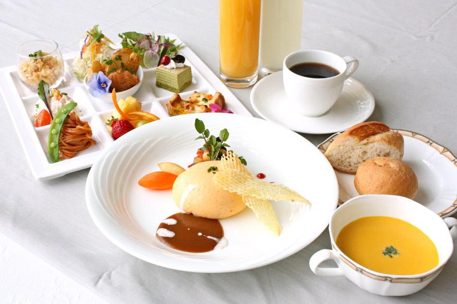ホテルクラウンパレス小倉のランチ お子様メイン料理「チーズinまんまるオムレツ」の写真