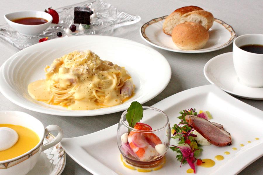 ホテルクラウンパレス小倉のランチ メイン料理「自家製パンチェッタのふわふわカルボナーラパスタ」の写真