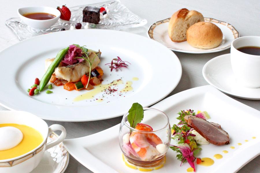 ホテルクラウンパレス小倉のランチ メイン料理「今週の魚料理」の写真