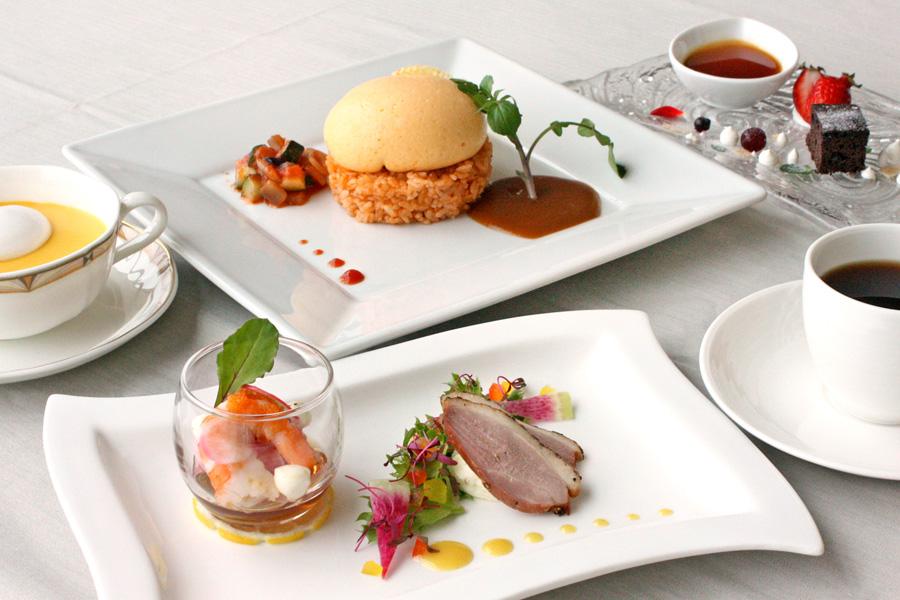 ホテルクラウンパレス小倉のランチ メイン料理「チーズinまんまるオムライス」の写真