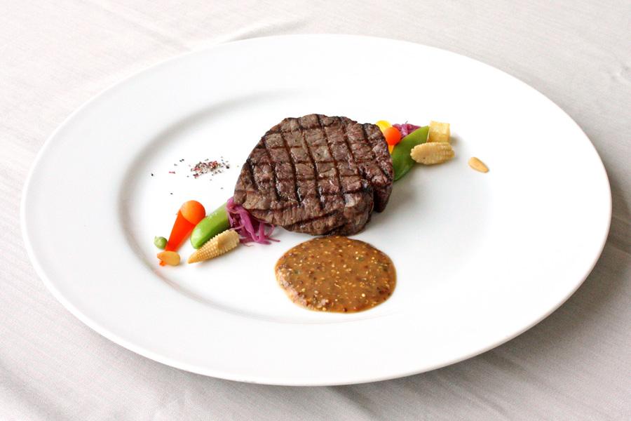 ホテルクラウンパレス小倉のランチ メイン料理グレードアップ「シェフおすすめ本日の牛肉料理」の写真