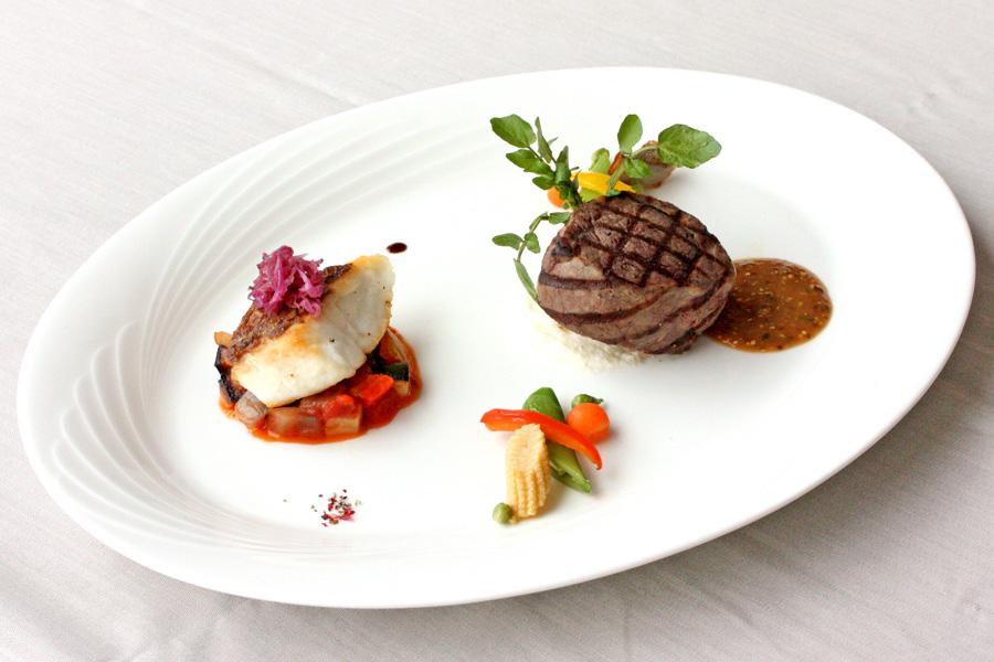 ホテルクラウンパレス小倉のランチ メイン料理グレードアップ「よくばりプレート(シェフおすすめ牛肉料理+魚料理)」の写真